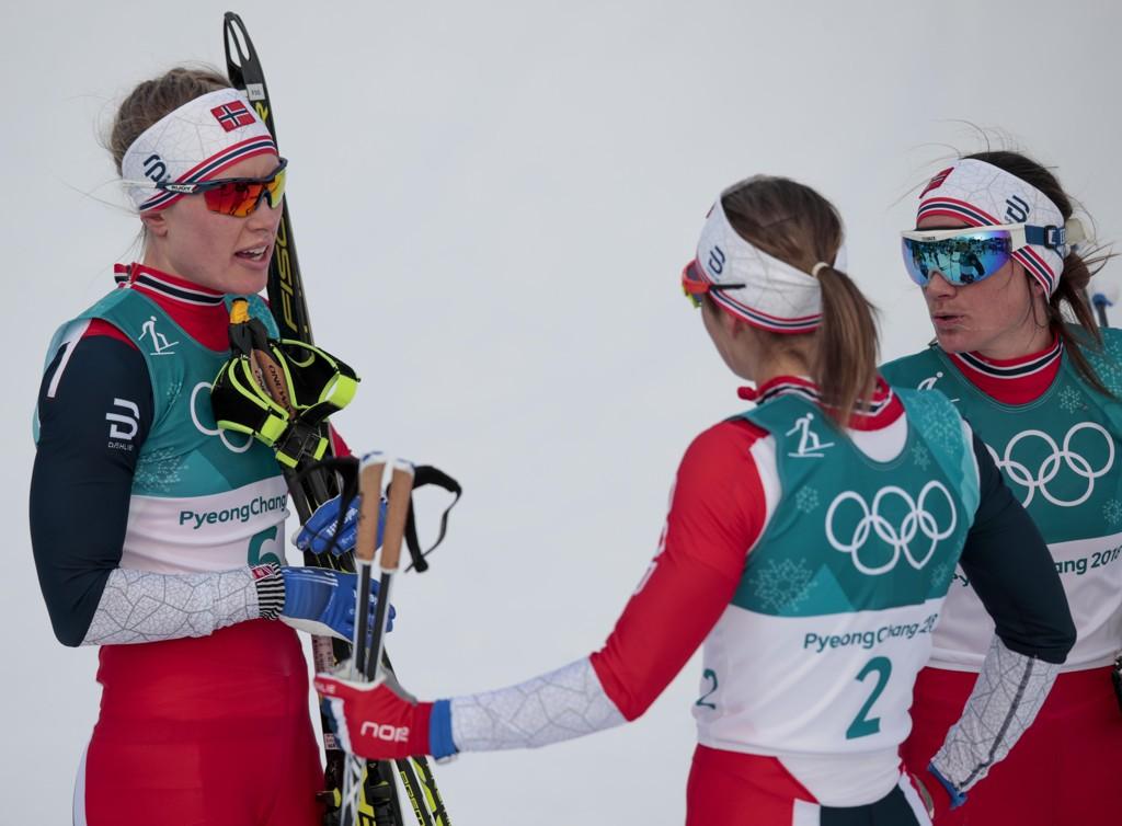 SKUFFET: Ragnhild Haga (t.v.), Ingvild Flugstad Østberg og Heidi Weng møttes i målområdet, men ingen var sikre på hva som gikk galt.