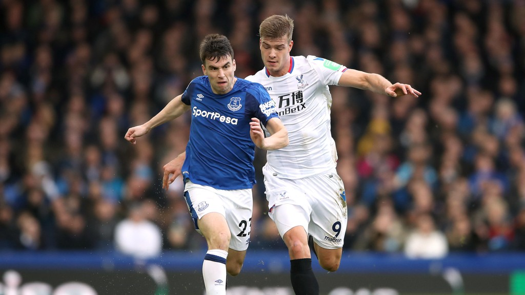 PRESTERTE: Alexander Sørloth gjorde en god figur mot Everton. Her i duell med Seamus Coleman.
