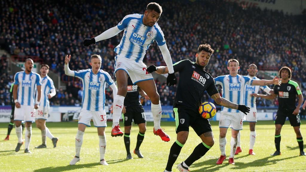 MÅL: Steve Mounié scoret to da Huddersfield slo Joshua King og Bournemouth 4-1.