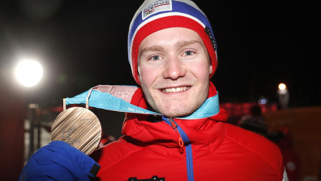 Sverre Lunde Pedersen mottar bronsemedaljen under premieutdelingen på Pyeongchang Medals Plaza i Pyeongchang.