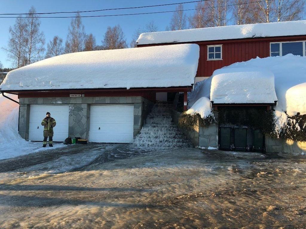 FOSSER INN: Vannlekkasjen i Drammen fører til store utforinger for brannvesenet.