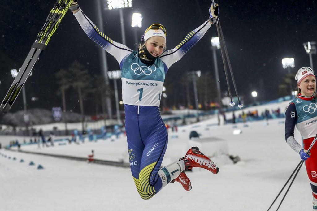 VISTE MUSKLER: Stina Nilsson (tv) tok OL-gullet i sprint i Pyeongchang 2018.