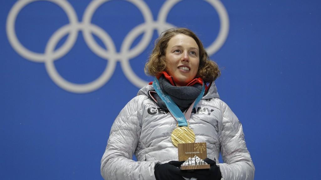 Laura Dahlmeier under medaljeseremonien etter å ha vunnet OL-gull på mandagens jaktstart.