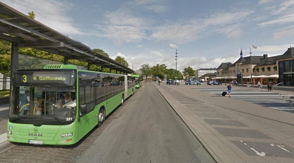 TIGGET PENGER TIL BUSSEN: Tiggeren med seks millioner tigget penger til bussen her ved Resecentrum i Uppsala.