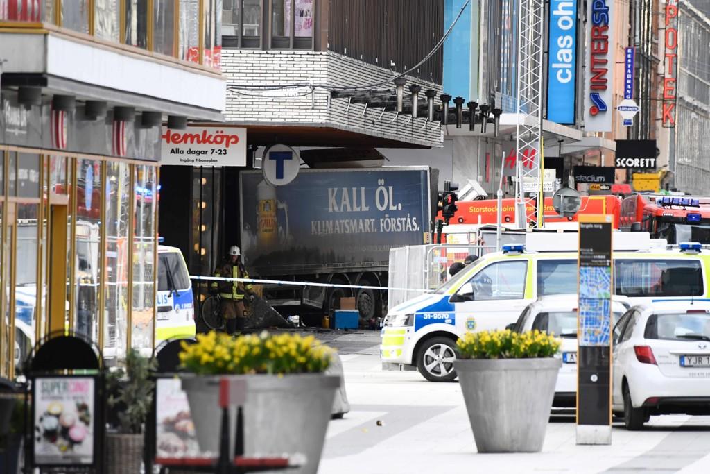 TERRORANGREP I STOCKHOLM: Fem personer ble drept og ti ble såret i terrorangrepet i Stockholm, 7. april 2017. Nå har rettssaken mot gjerningsmannen startet.