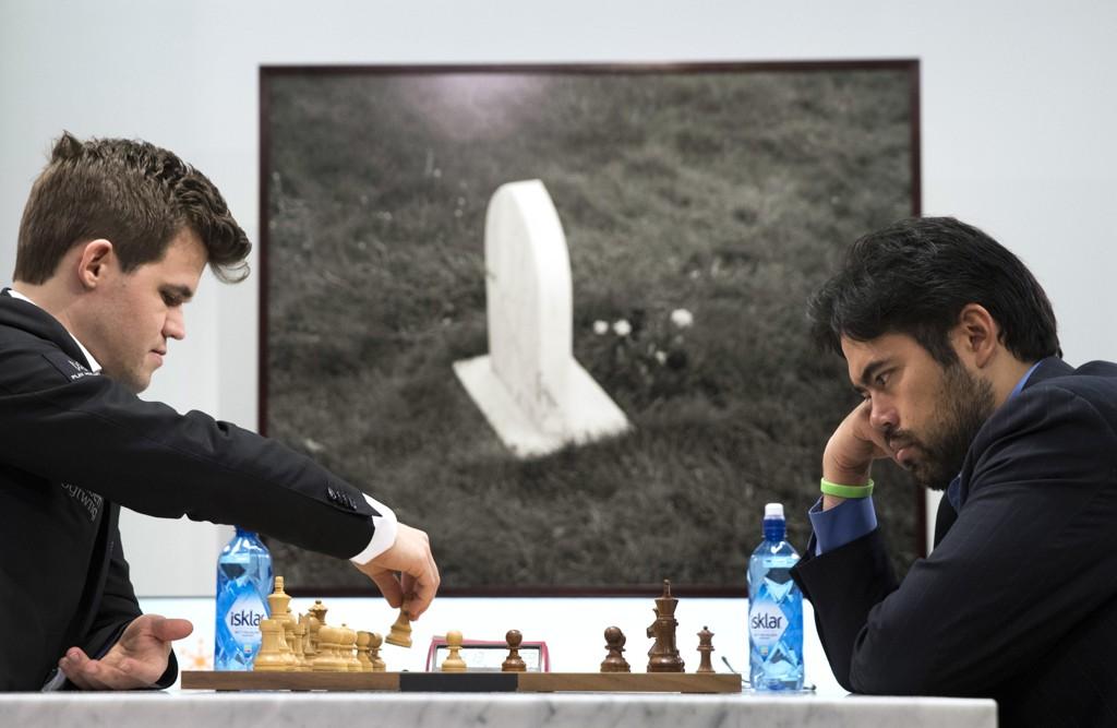 VANT: Magnus Carlsen (til venstre) sikret turneringsseier i Fischer-sjakk.