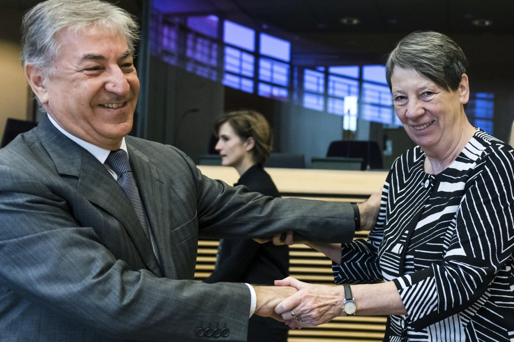 VURDERER GRATIS TRANSPORT: Tysklands miljøminister Barbara Hendricks sammen med EUs miljøkommissær Karmenu Vella.