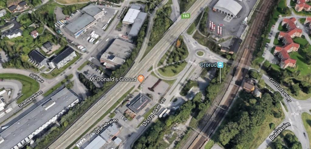 Nødetatene rykket ut til stedet ved 4.45-tiden natt til onsdag. Brannen oppsto i Stanseveien, like ved Grorud T-banestasjon.