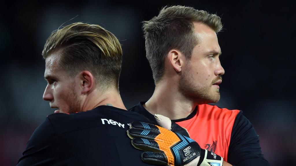 PÅ VEI VEKK?: Jürgen Klopp er usikker på hva fremtiden bringer for Simon Mignolet (til høyre) etter at Loris Karius har tatt fast plass i Liverpool-målet.