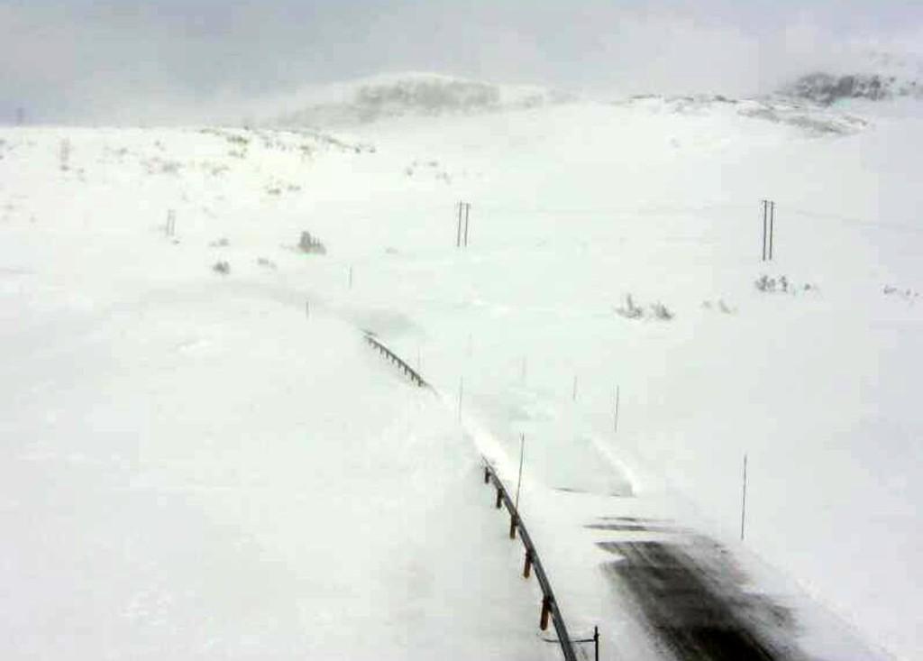 Meteorologisk institutt venter opp til full storm og vanskelige kjøreforhold i deler av landet fra onsdag ettermiddag. Bildet er fra riksvei 13 over Vikafjellet der veien onsdag er stengt på grunn av uvær.