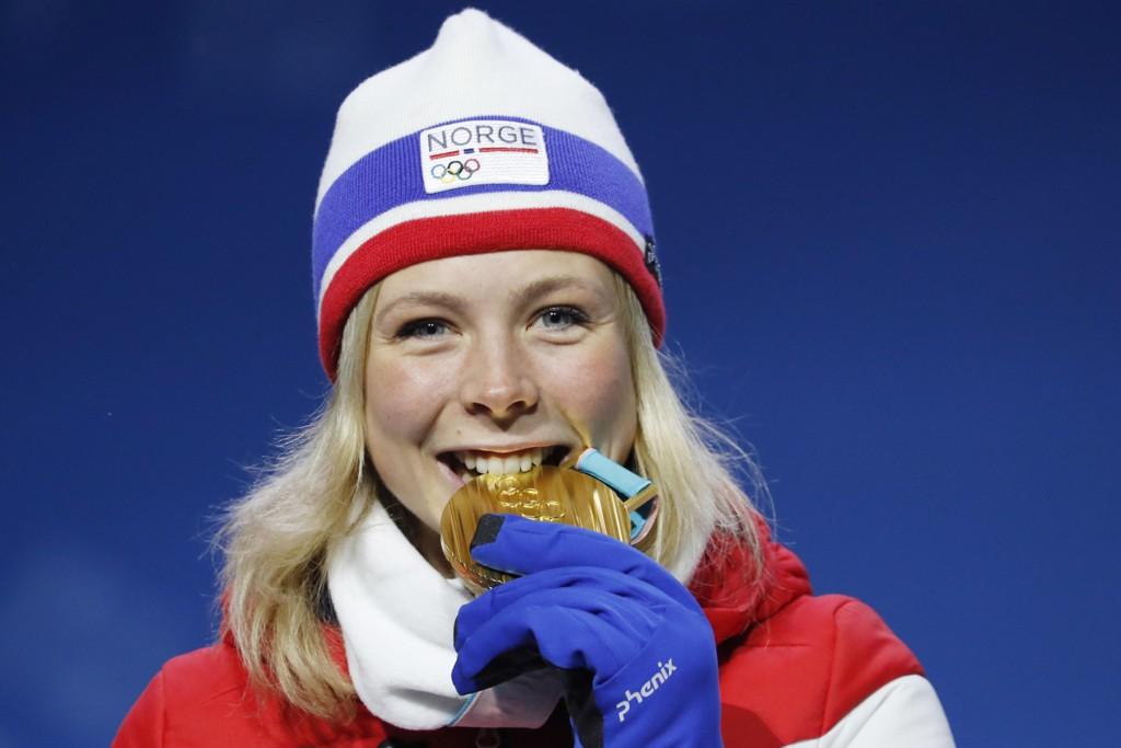 GULL: Maren Lundby kunne sette tennene i OL-gullet under utdelingen tirsdag.