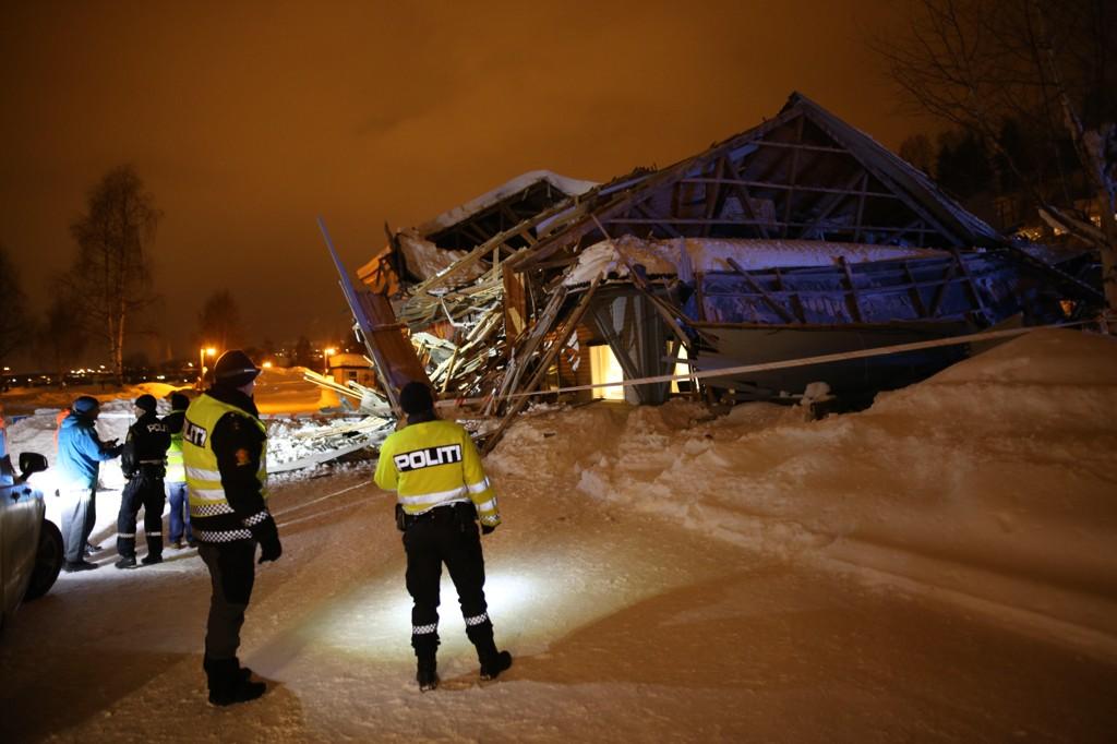 Én person ble skadd da en bygning på Lillehammer camping raste sammen onsdag kveld. Om lag 40 skal ha reddet seg ut.