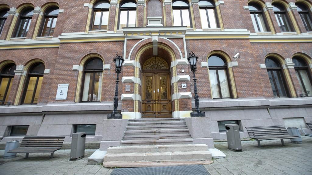 Fire personer er dømt for å ha voldtatt en jente da hun var 16 år i 2015. Tre av dem ble dømt for gruppevoldtekt i Borgarting lagmannsrett.