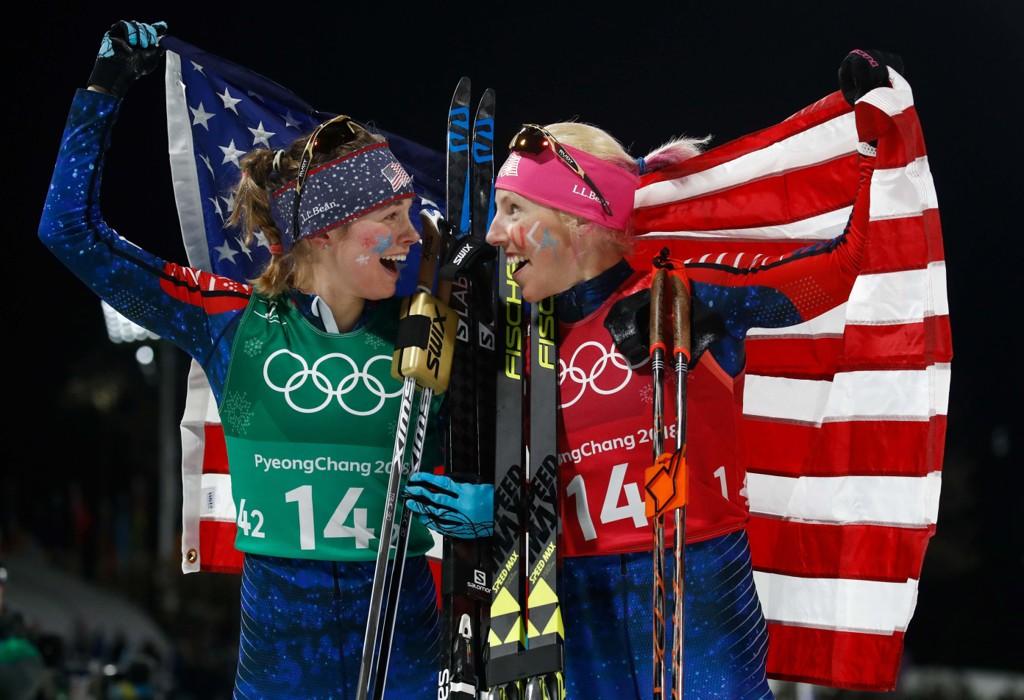 GULL: Jessica Diggins (t.v.) og Kikkan Randall (t.h.) spurtet inn til OL-gull på lagsprinten onsdag.