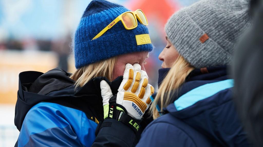 MEDALJEN RØK: Sandra Näslund tok til tårene da medaljen røk i skicrossfinalen fredag.