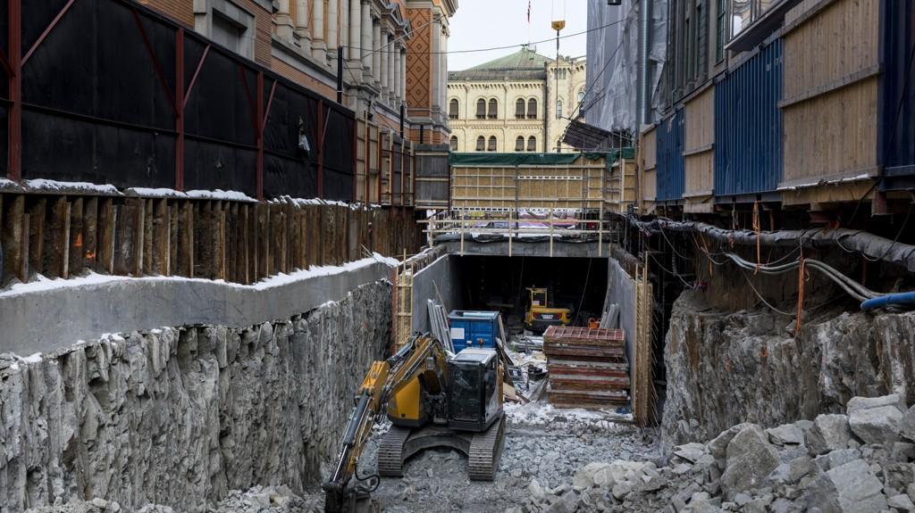 DYRT HULL: Stortinget kan sees fra byggegropen i Nedre Vollgate, hvor enorme masser er gravd ut for å gjøre plass til en ny tunnel.