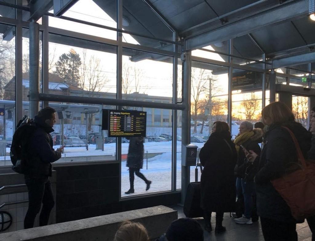 Passasjerer på Vestfoldbanen opplevde forsinkelser på opptil halvannen time mandag morgen.