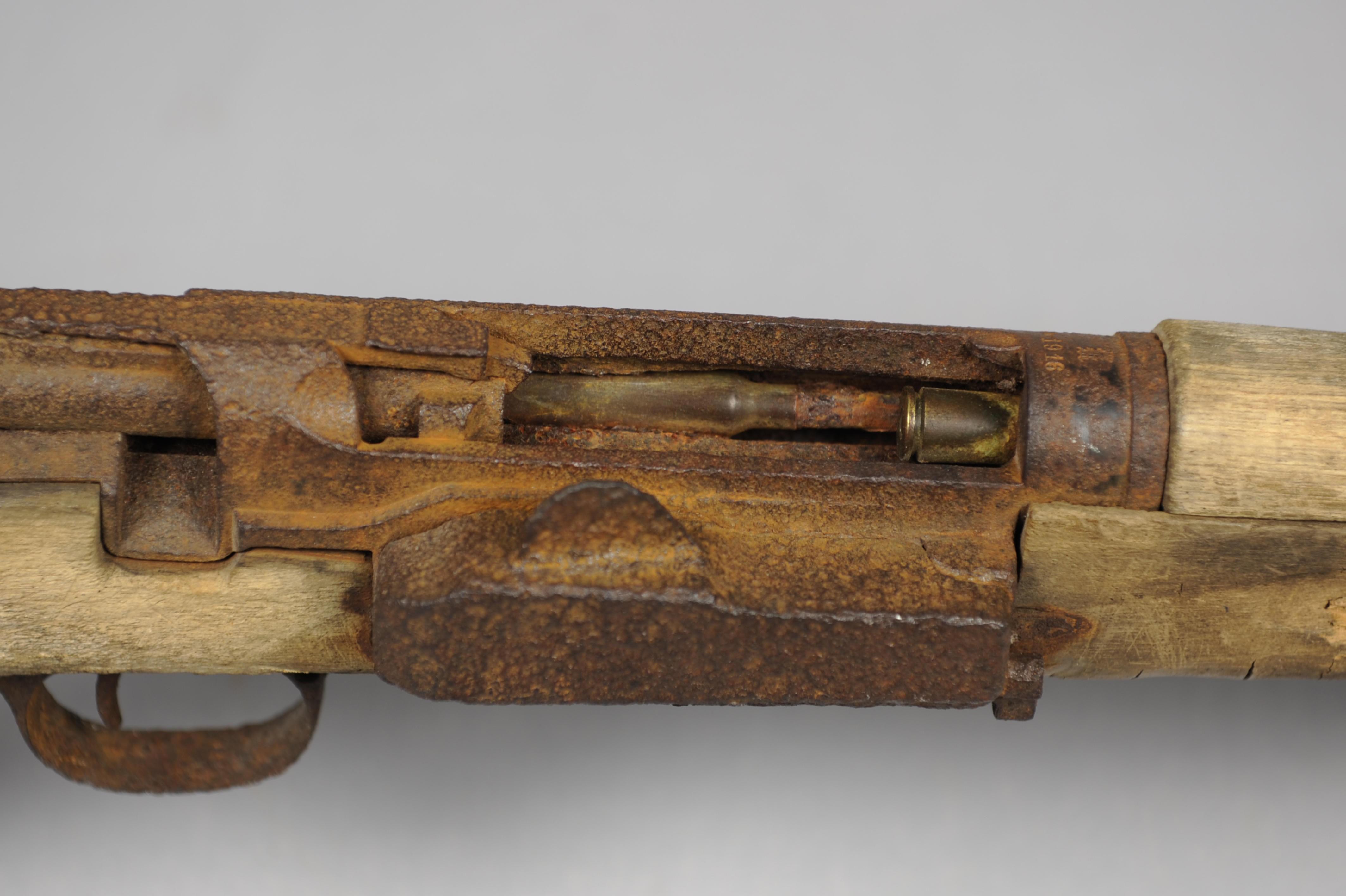SKJEBNEPATRONEN: Georg Nilssens rifle med patronen kilt fast i geværløpet.