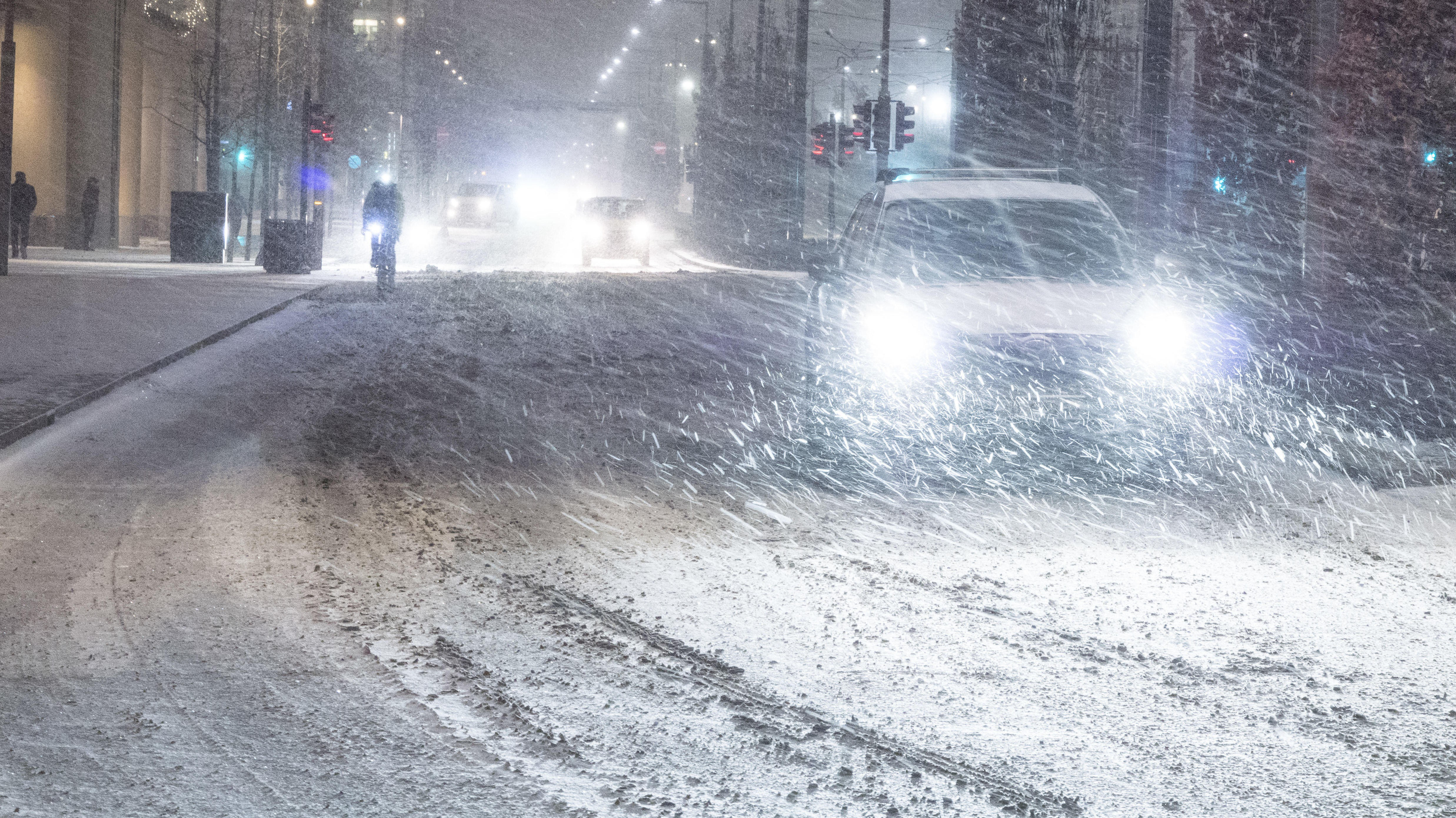 VANSKELIGE FORHOLD: Det å gjøre bil i Norge om vinteren kan være en utfordring for de fleste. «Top Gear»-programleder og tidligere racerbilsjåfør Chris Harris har noen tips å komme med