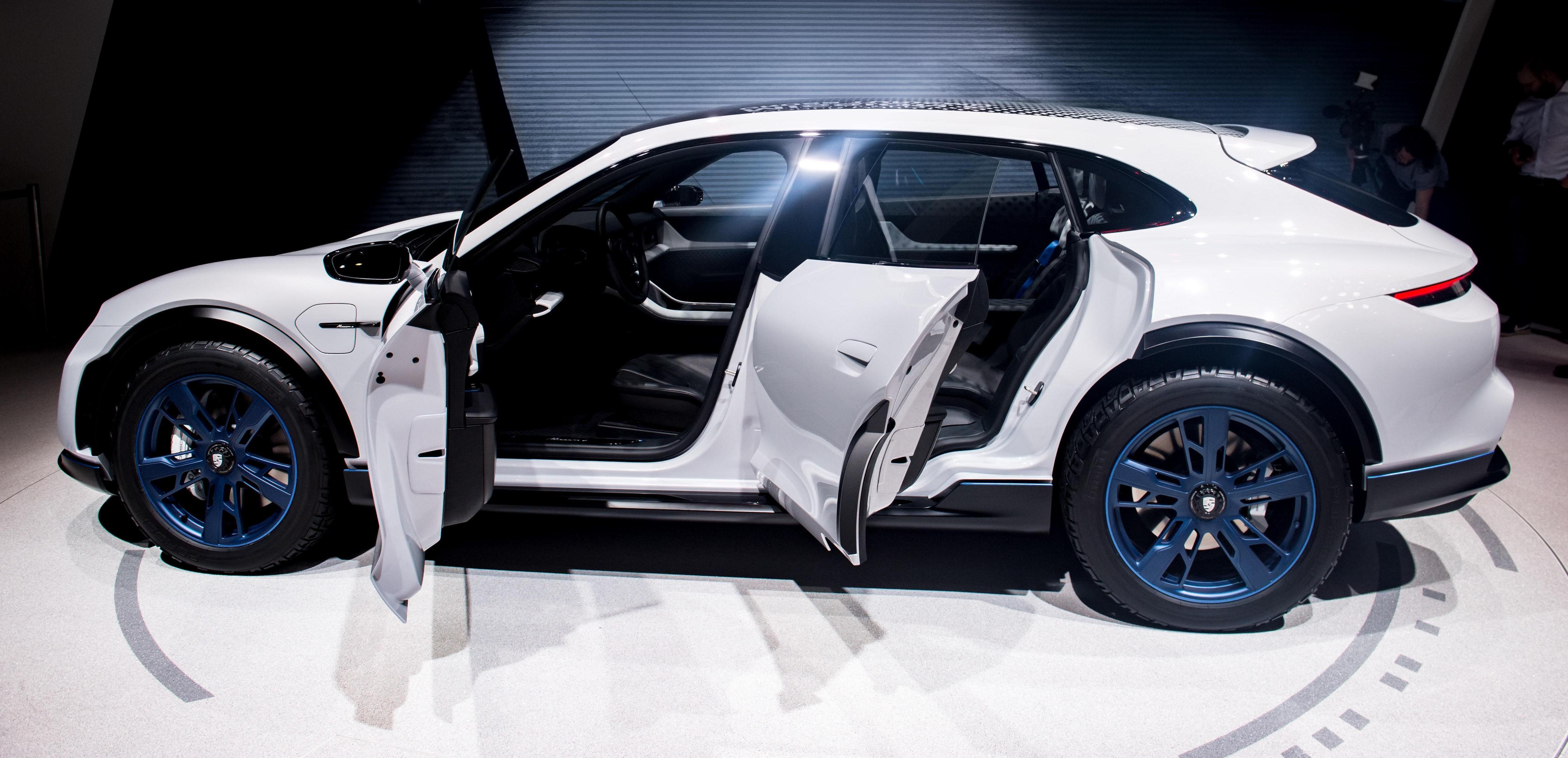 PRIS OG LANSERINGSDATO er ikke avduket for Porsche Mission E Cross Turismo. Men den ser ut som en drømmebil for nordmenn.