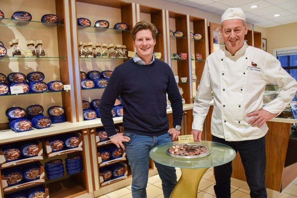 FAR OG SØNN. Adrian Forsberg (t.v.) og Rolf Rune Forsberg i Hval sjokoladefabrikk. Adrian Forsberg overtok som daglig leder i januar i år.