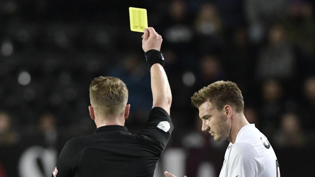 FIRE: De nye regelendringene fra NFF gjør at Nicklas Bendtner & co suspenderes etter fire gule kort.