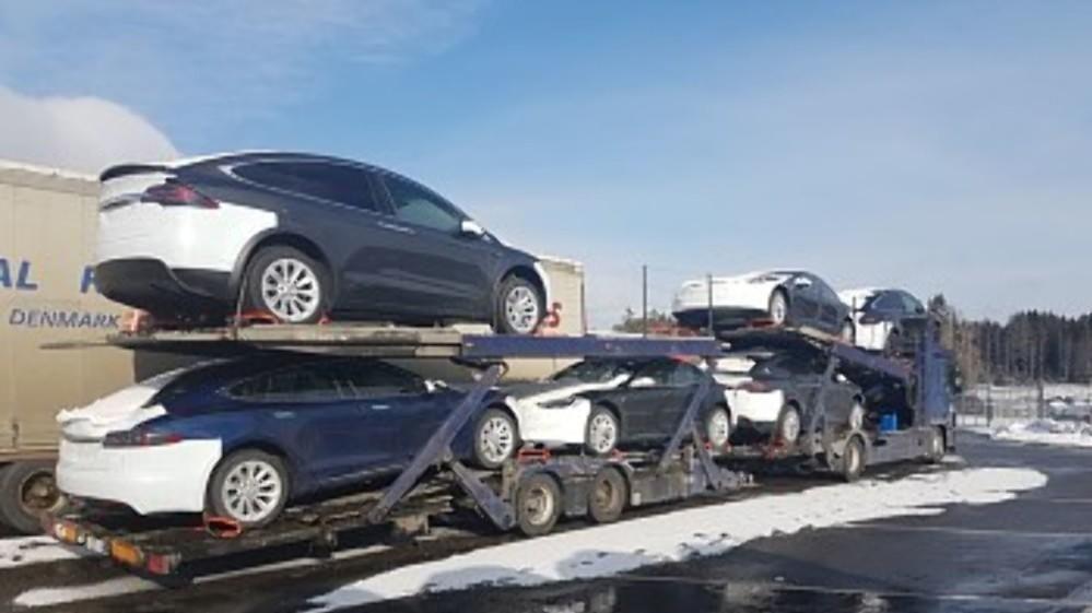STOPPET: Biltransporterne var lastet med Teslaer, en av dem sågar for tungt. Og begge hadde så dårlige dekk at det ble kjøreforbud og stopp på Svinesund.