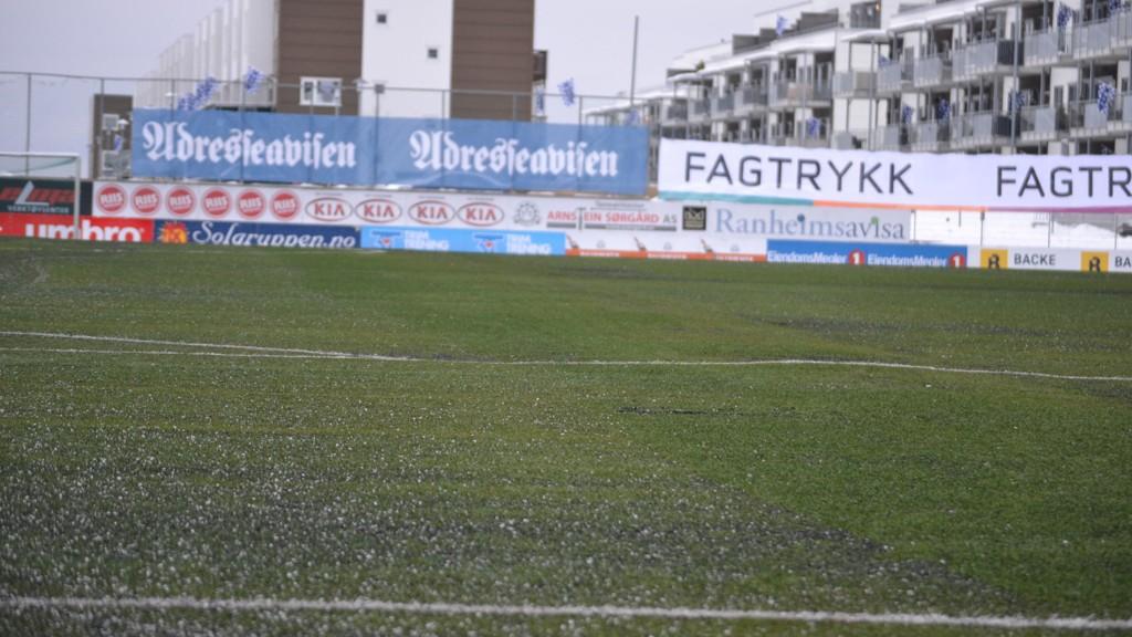 HUMPETE: Slik så det ut på Extra Arena rett før seriestart. Oppgjøret mellom Brann og Ranheim ble til slutt utsatt.