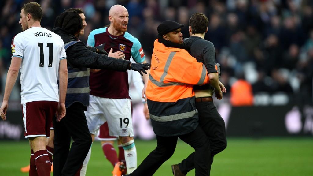 West Ham-fansen var rasende da London-laget tapte 0-3 mot Burnley. Tilhengere stormet banen underveis, og klubbledelsen måtte etter hvert eskorteres i trygghet.