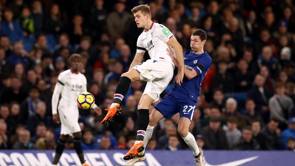 PÅ SKUDD: Alexander Sørloth hamret ballen i stolpen for Crystal Palace.