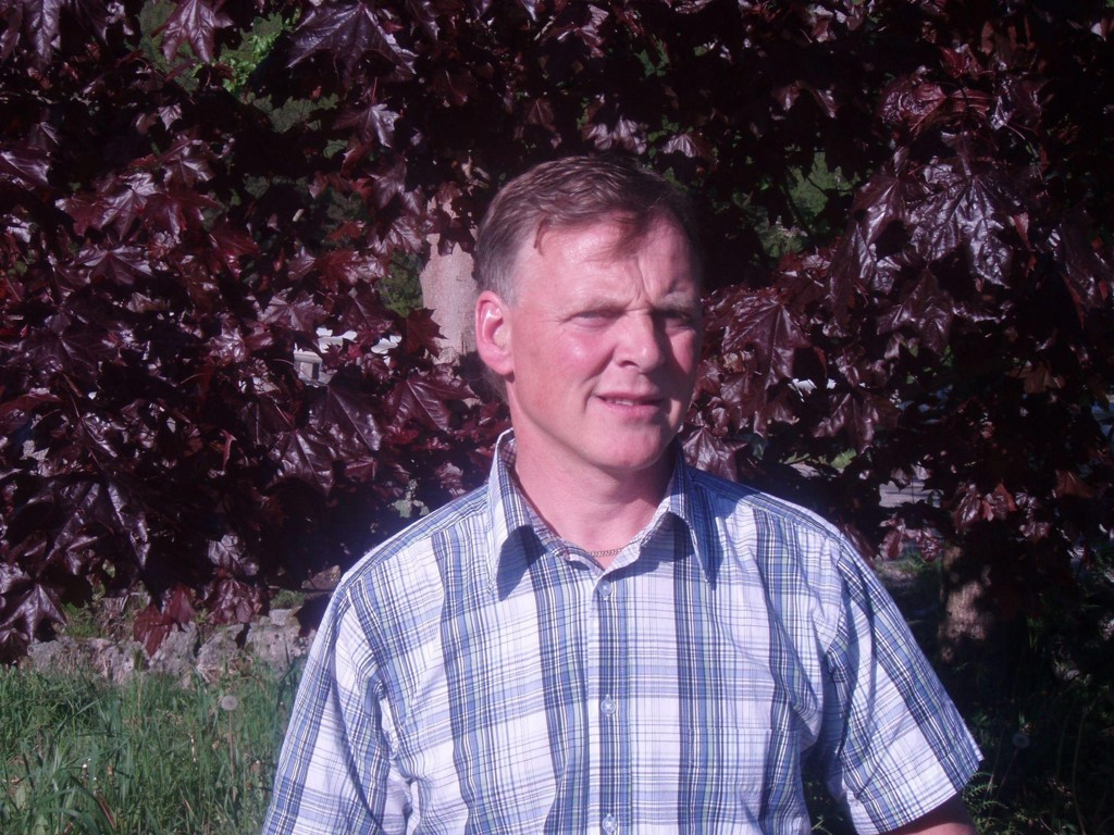Ordfører i Marnardal kommune, Helge Sandåker (bildet) fra Arbeiderpartiet, underskriver trolig en ansettelse som vil gi rådgiver (og eks-ordfører) Hans Stusvik tilnærmet millionlønn for å jobbe en dag i uka frem til juni 2020.