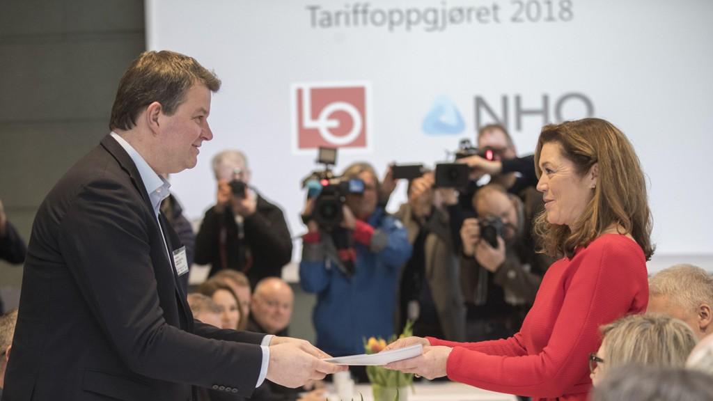 LØNNSOPPGJØRET: LOs leder Hans-Christian Gabrielsen og NHOs administrerende direktør Kristin Skogen Lund starter tarifforhandlingene 2018. LO og NHO representerer samtlige overenskomster mellom partene.