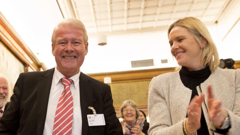 Carl I. Hagen ser seg nødt til å refse statsminister Erna Solberg for å ha kritisert Sylvi Listhaug (t.h).
