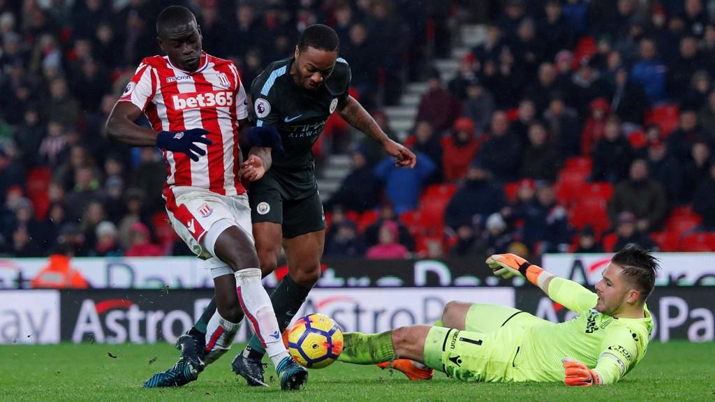 AMPERT: Her rydder Papa Ndiaye opp og hindrer scoring fra Raheem Sterling. Sistnevnte fikk huden full for det han gjorde rett i forkant.