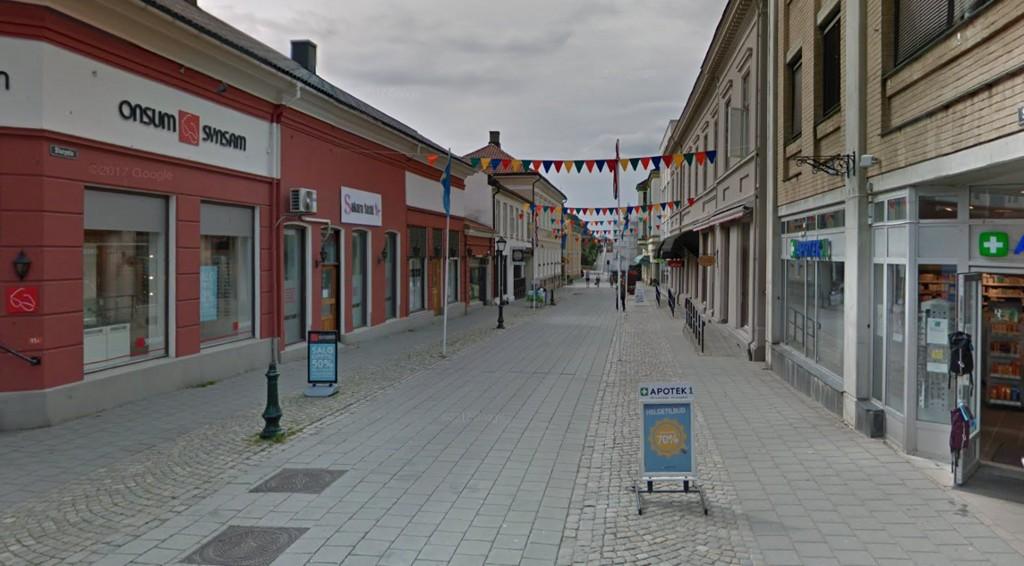 En mann i 50-årene ble i natt angrepet av fem personer i Storgata i Halden. Mannen ble slått i bakken, og gjengen fortsatte å slå og sparke den fornærmede i hode og rygg.