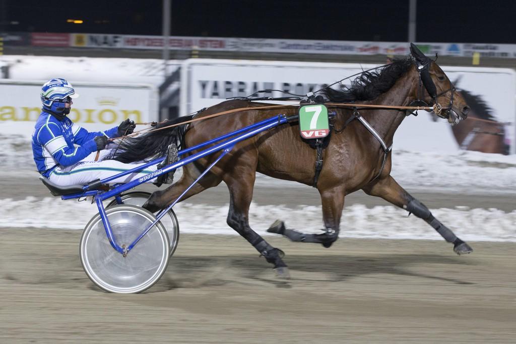 Time for Money og kusk Ole Johan Østre. Tirsdag kommer de ut i V64-1. Foto: Anders Kongsrud/www.hesteguiden.com.