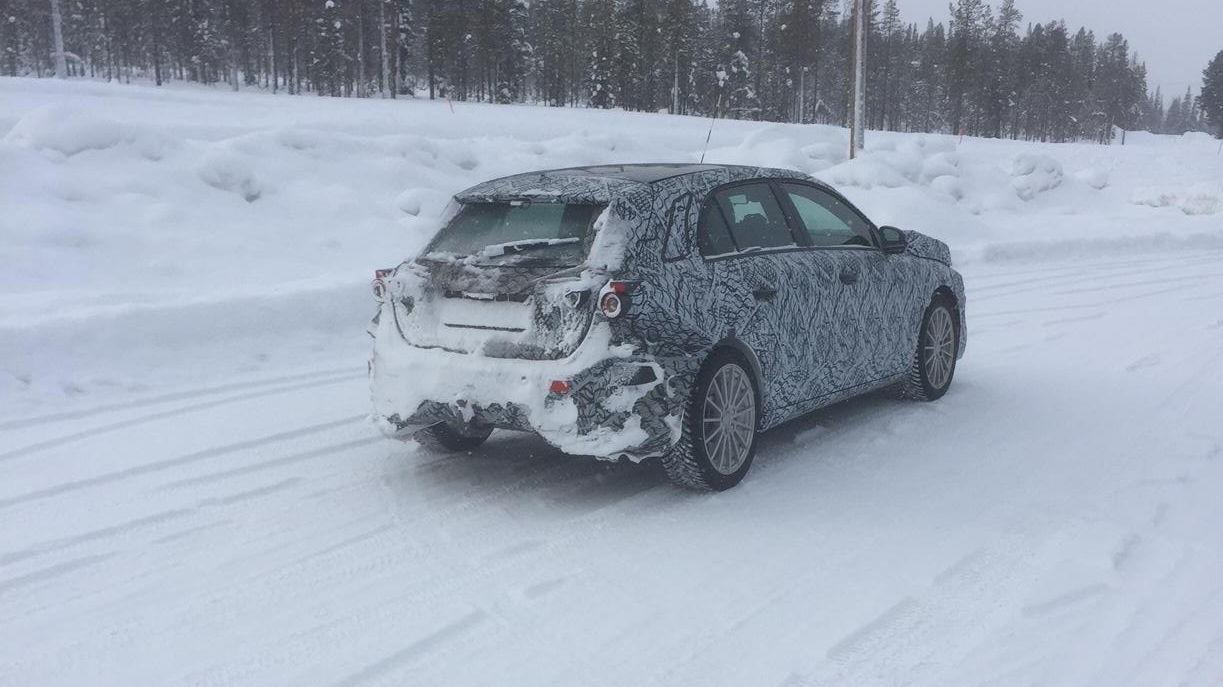 Testbil ute på de nord-finske veier i mars 2018. Er det en modell fra Mercedes nye el-linje, EQ?