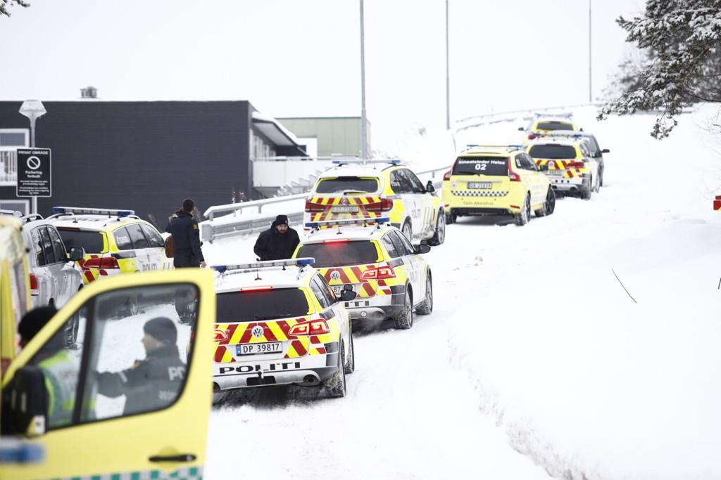 Store politistyrker rykket ut da en person ble skutt på Bjørndal i Oslo mandag morgen.