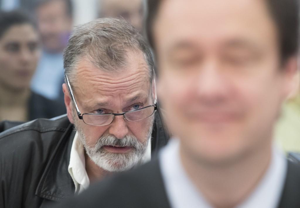 Foran advokat John Christian Elden, bak Eirik Jensen under rettssaken i mai.