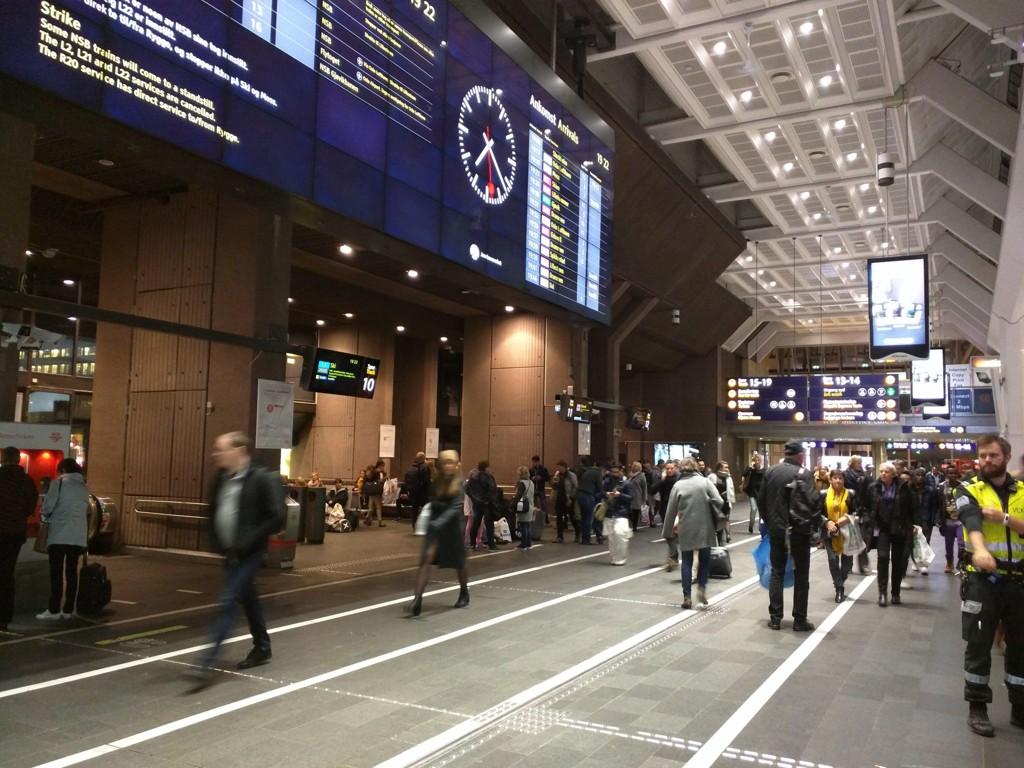 Flere personer og vektere havnet i slagsmål på Oslo sentralstasjon tirsdag kveld.