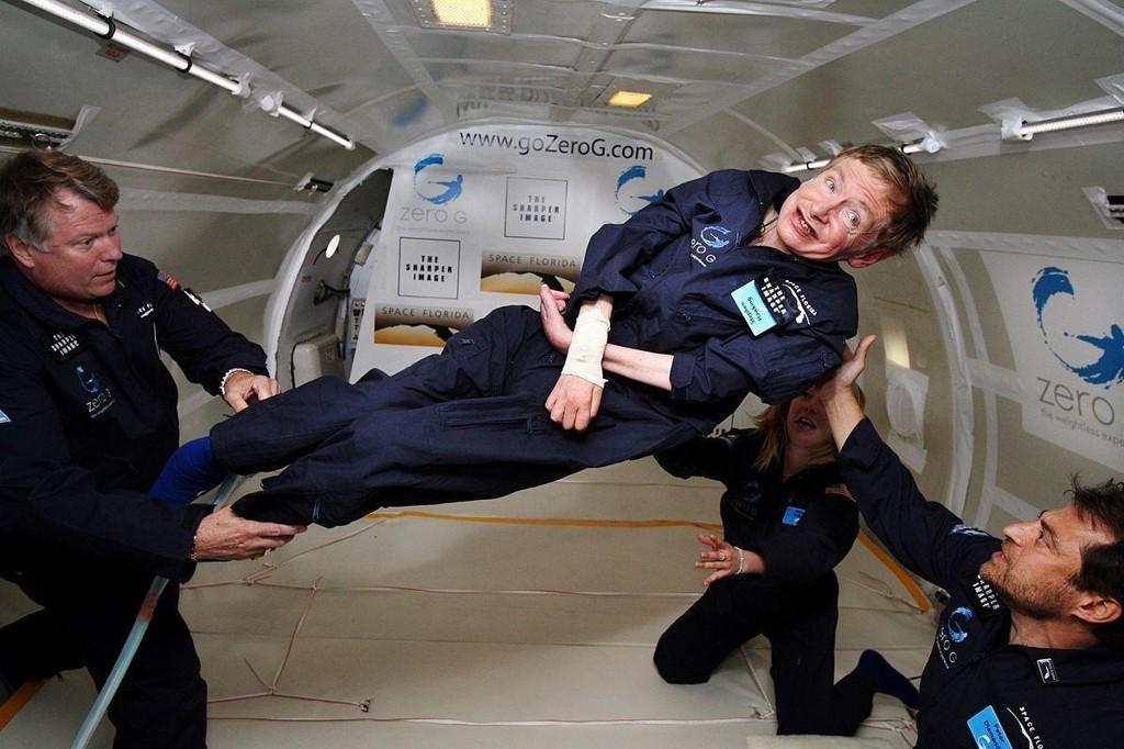 Stephen Hawking i vektløs tilstand ombord i en modifisert Boeing 727. Foto tatt i april 2007.