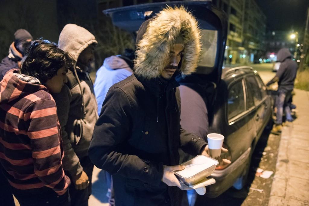 Migranter mottar mat og te fra frivillige i den greske byen Thessaloniki.