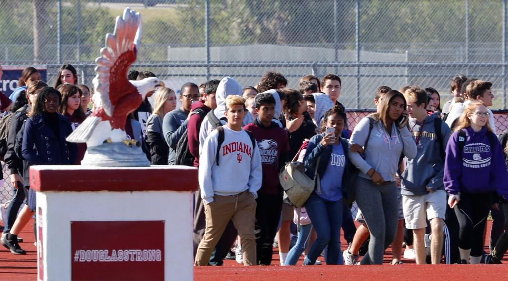 ELEVER ved Marjory Stoneman Douglas High School går ut i protest mot USAs våpenlover. 17 personer ble drept i en masseskyting her for nøyaktig én måned siden.