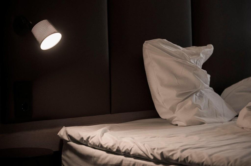 -Da jeg våknet dagen etter på hotellrommet husker jeg småglimt av en person som var over meg. Det var sjefen min.
