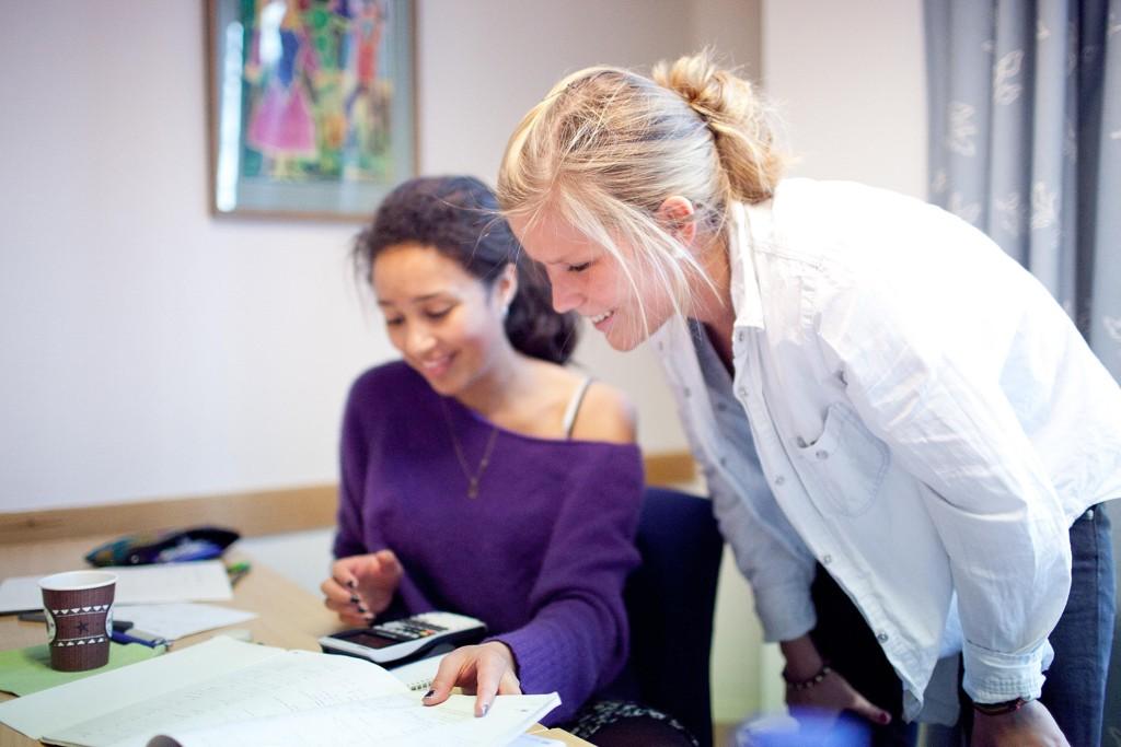 Ida Landsverk hjelper en av elevene på workshop. FOTO: Anna