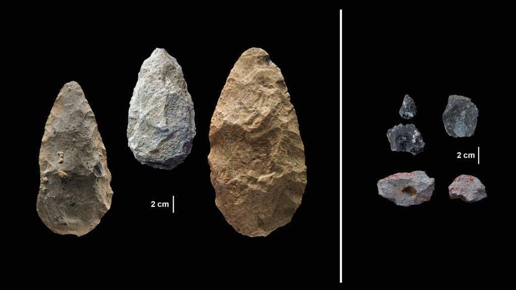 REDSKAPER: Til venstre i bildet over ser vi steinredskaper som ble brukt i flere hundre tusen år uten å endre seg. Til høyre ser vi mer langt nyere verktøy.