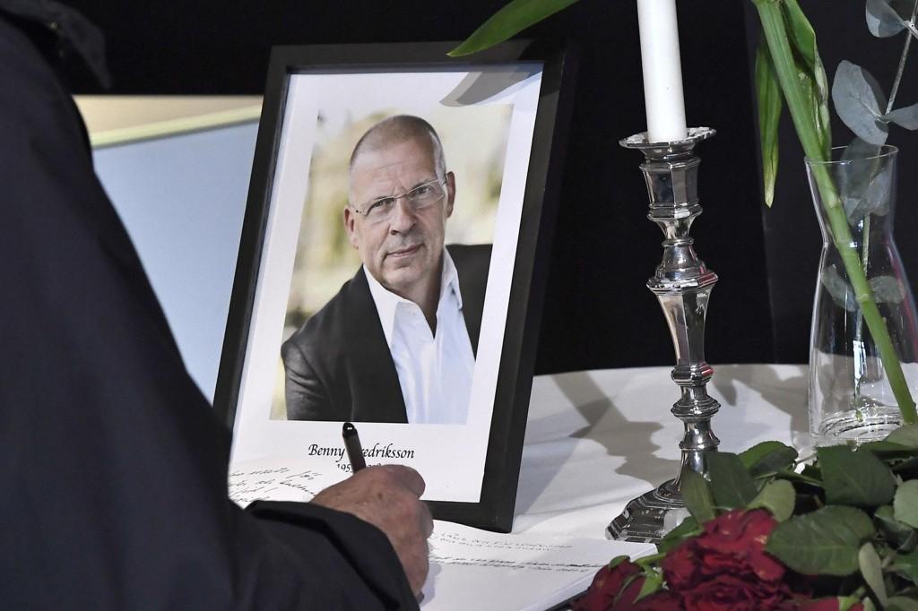 KONDOLANSEBOK: En kondoleansbok ved siden av et tent lys og et bilde av Benny Fredriksson på kulturhuset i Stockholm. Benny Fredriksson var gjennom mange år sjef for Stadsteatern i Stockholm. Han ble 58 år gammel.
