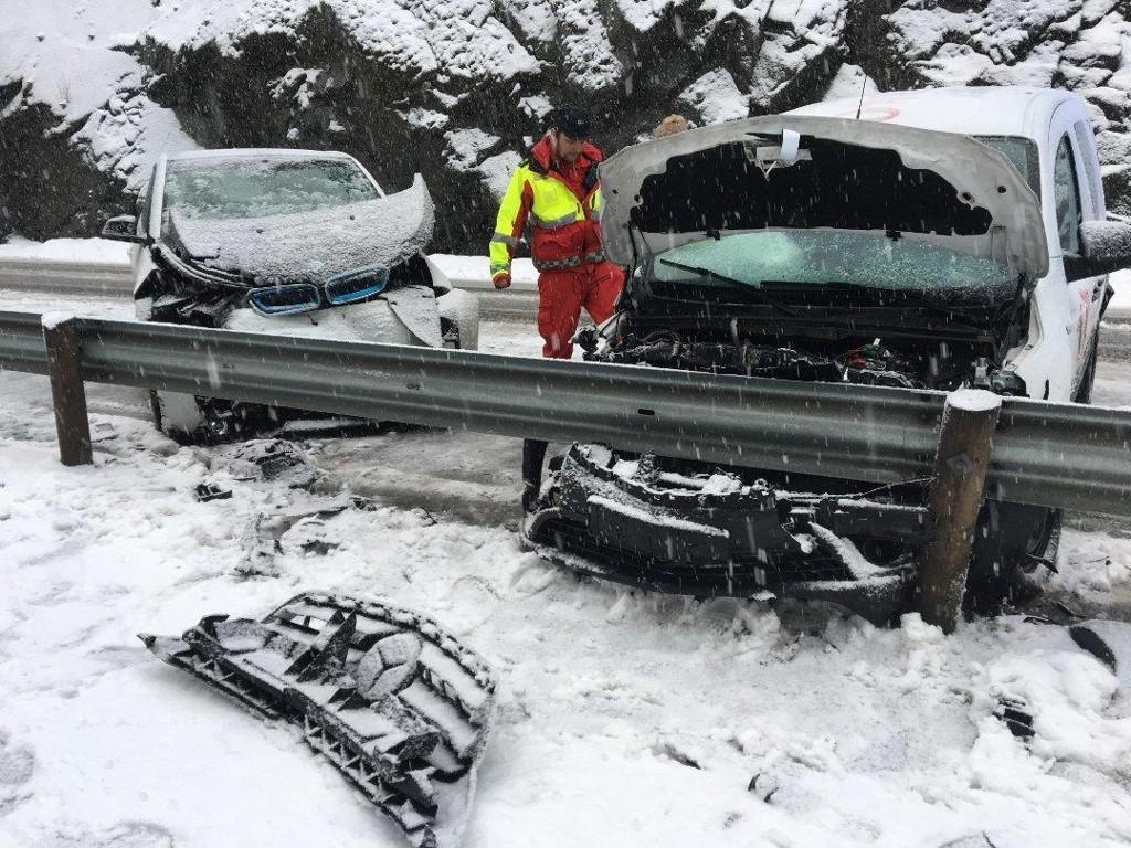 To biler kolliderte i Sædalen. Dette var bare en av flere ulykker onsdag ettermiddag.