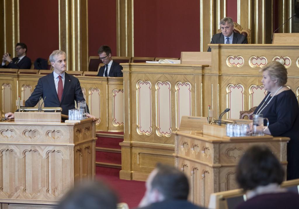 Ap leder Jonas Gahr Støre stiller spørsmål til statsminister Erna Solberg (H) i den muntlige spørretimen på Stortinget.