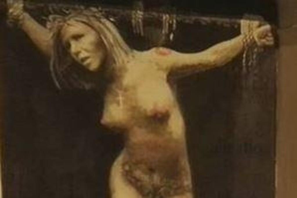 MARTYR: Veggmaleriet fremstiller tidligere justisminister Sylvi Listhaug som en martyr på korset. Spørsmålet er om kunstneren mener at mediene fremstiller henne slik, eller om det er Sylvi Listhaugs selvbilde han mener å ha tegnet.